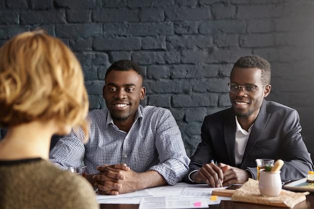Candidate De Race Blanche En Entrevue Pour Un Poste Au Bureau Lors D'un Entretien D'embauche Photo gratuit