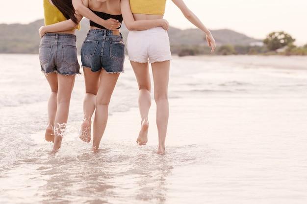 Candide vue arrière du groupe de trois amis asiatiques heureux Photo Premium