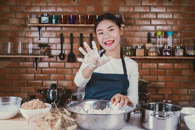 Candy girl dans la cuisine. Photo gratuit