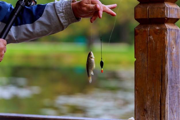 Canne à pêche lac pêcheur hommes été leurre coucher de soleil eau en plein air Photo Premium