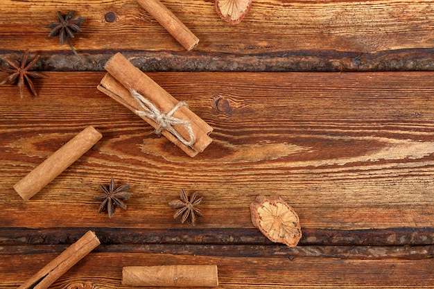 Cannelle sur un fond en bois foncé avec un espace pour le texte Photo Premium
