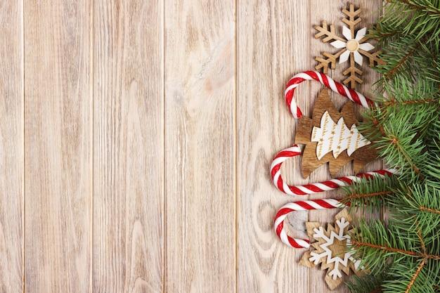Cannes de bonbons de noël et des flocons de neige sur bois Photo Premium