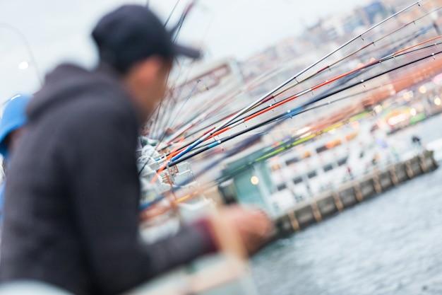Cannes à pêche sur le pont de galata à istanbul Photo Premium