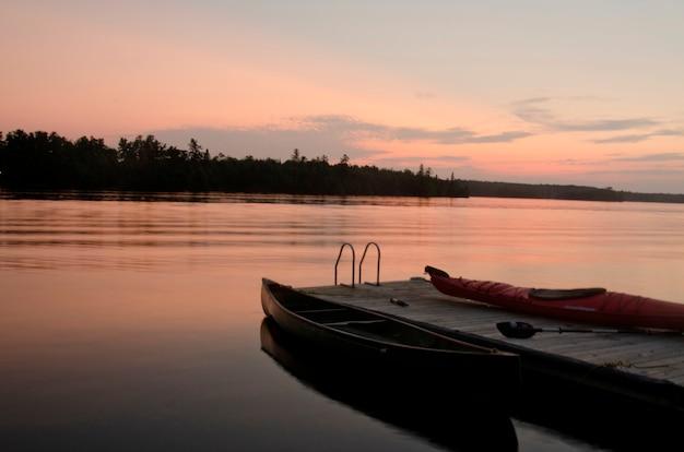 Canoë près d'une jetée dans un lac, lac des bois, ontario, canada Photo Premium