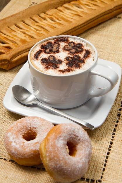 Cappuccino avec beignets et strudel Photo Premium