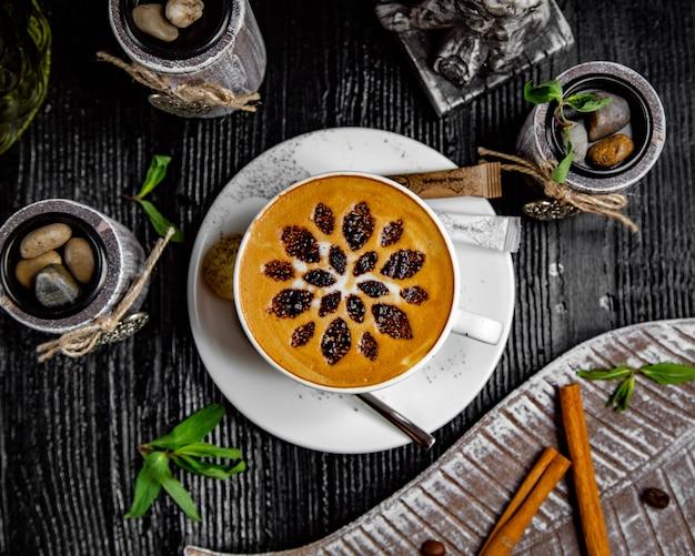 Cappuccino à la cannelle et des morceaux de shokolade Photo gratuit