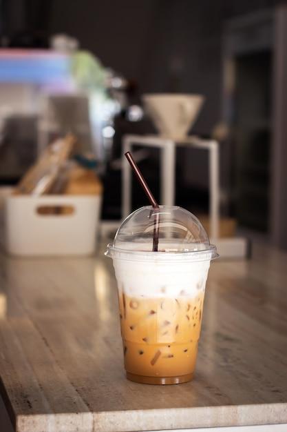 Cappuccino de glace dans un gobelet en plastique. boisson rafraîchissante. Photo Premium
