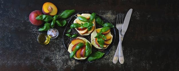 Caprese sandwiches à la pêche. keto sandwiches. régime céto. Photo Premium