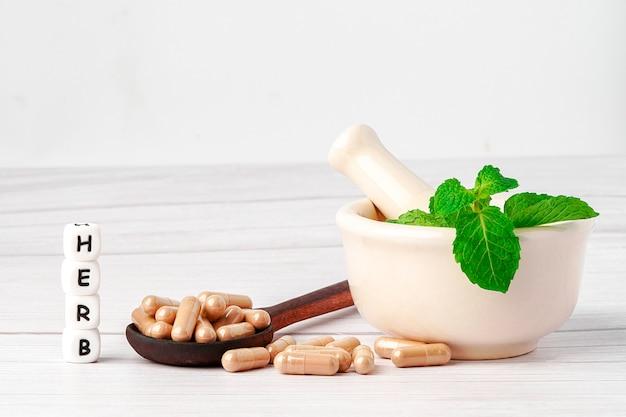 Capsule à Base De Plantes Médicinales Avec Feuille D'herbes Pour Une Vie Saine Et Saine. Photo Premium