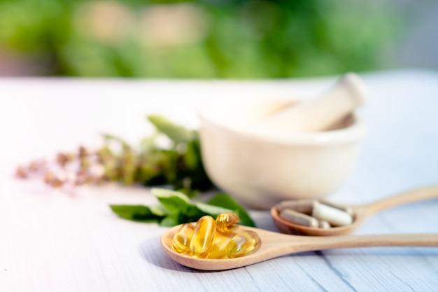 Capsule Organique à Base De Plantes De Médecine Alternative Avec De La Vitamine E Oméga 3 D'huile De Poisson. Photo Premium