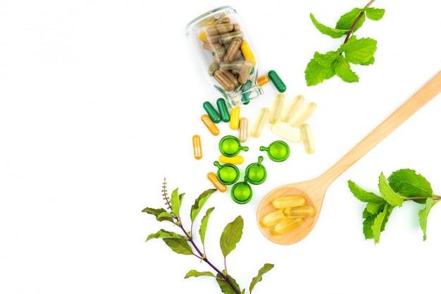 Capsule de vitamine ou phytothérapie organique de la nature isolée sur fond blanc Photo Premium