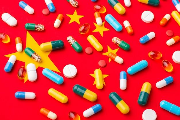 Capsules Et Comprimés Sur Le Drapeau De La Chine Photo Premium