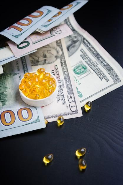 Capsules d'huile de poisson et de dollars Photo Premium