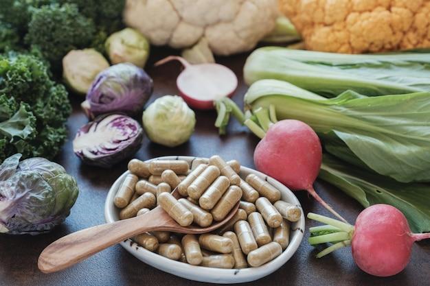 Capsules de légumes crucifères, compléments alimentaires Photo Premium