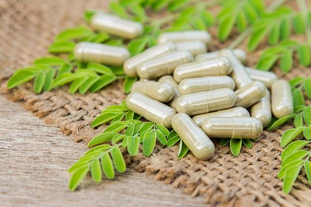 Capsules de médecine d'herbe organique pour la saine alimentation Photo Premium