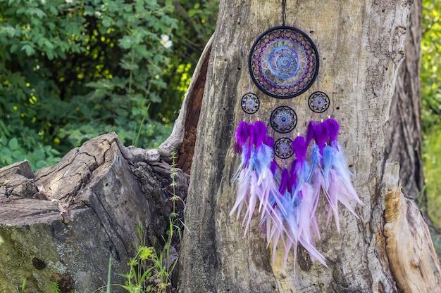 Capteur de rêves fait main avec fils en plumes et corde en perles suspendue Photo Premium