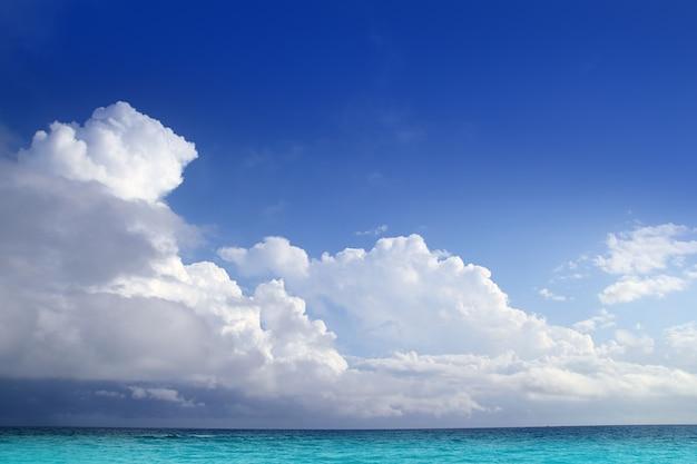 Caraïbes aqua nuages de la mer à l'horizon du ciel bleu Photo Premium