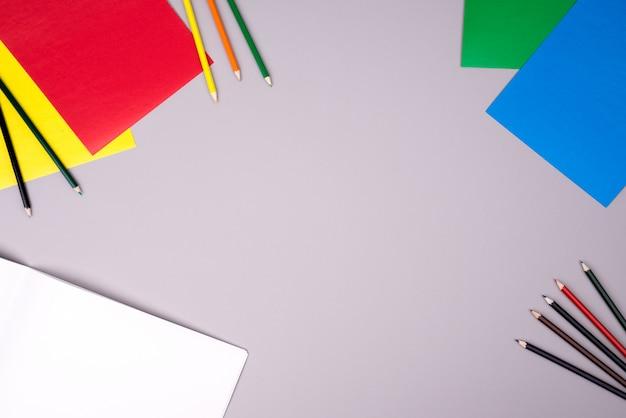 Carnet de croquis, crayons de couleur et papier de couleur Photo Premium