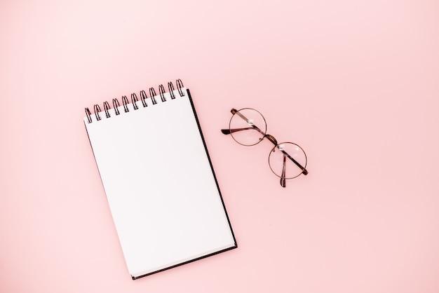 Carnet de croquis en spirale mock up sur fond abstrait. lunettes concept éducatif Photo Premium