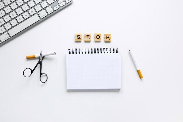 Carnet de notes avec clavier et ciseaux Photo gratuit