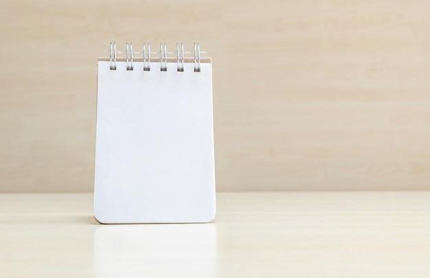 Carnet de notes gros plan avec espace dans la page sur le bureau Photo Premium