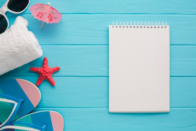 Carnet de notes plat avec concept de vacances Photo gratuit