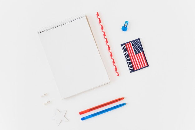 Carnet de notes propre avec stylos et drapeau américain Photo gratuit