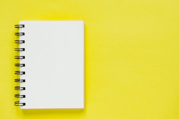 Carnet De Notes En Spirale Propre Pour Les Notes. Maquette Plate D'affaires Minimale Photo Premium