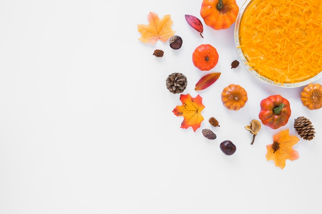 Carotte en assiette entre feuillage et légumes Photo gratuit