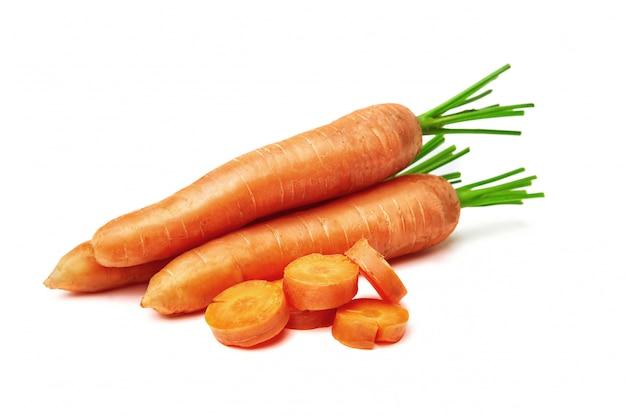 Carottes, carottes avec un dessus et feuilles isolées. carotte nature Photo Premium