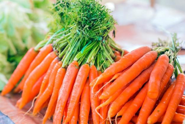 Carottes. carottes organiques fraîches. carottes de jardin fraiches. bouquet de carottes biologiques fraîches au marché. Photo gratuit