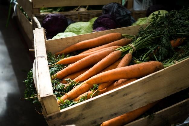 Carottes fraîches sur le marché des agriculteurs Photo gratuit
