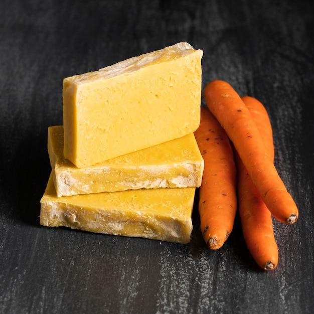 Carottes et savon de carottes vue de face Photo gratuit