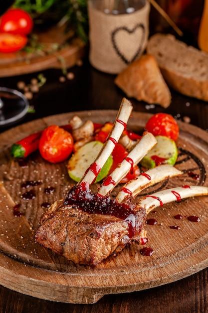 Carré d'agneau aux légumes grillés. Photo Premium