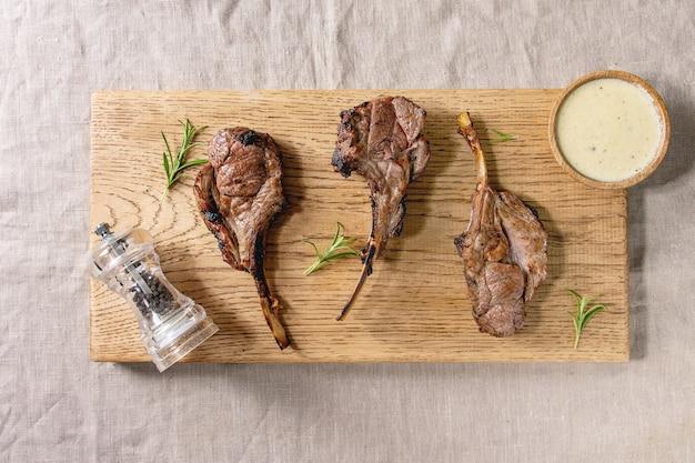 Carré d'agneau grillé Photo Premium