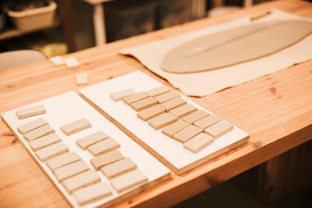 Carreaux de céramique sur un bureau en bois Photo gratuit