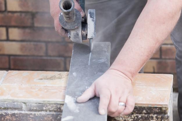 Carreleur couper une tuile avec un moulin Photo Premium