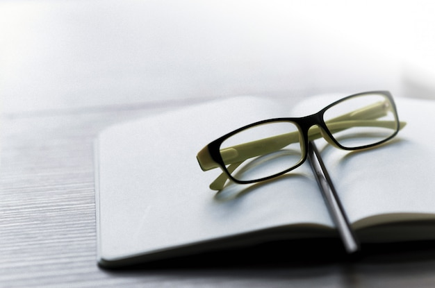 Carrière d'écrivain sur le bureau avec un crayon, des lunettes Photo Premium