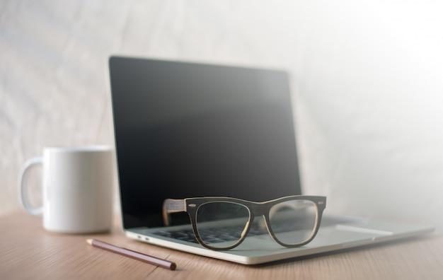 Carrière de l'écrivain sur le bureau avec des tasses à café blanches, des cahiers, des crayons et des lunettes Photo Premium