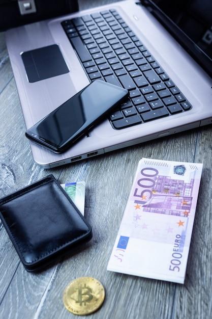 Carte bancaire ordinateur portable smartphone euro Photo Premium