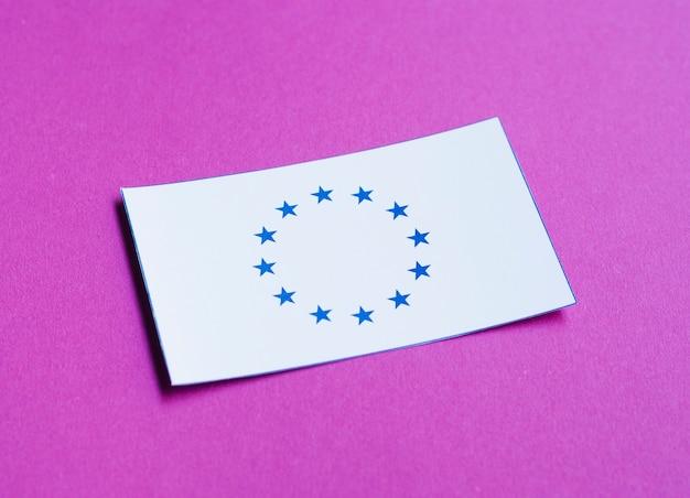 Carte blanche avec drapeau européen sur fond violet Photo gratuit