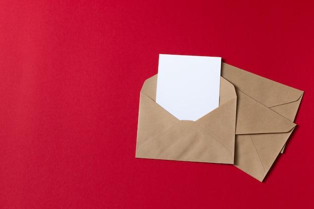 Carte blanche vierge avec modèle d'enveloppe en papier kraft brun simulé Photo Premium
