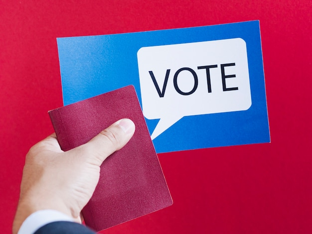 Carte bleue vue de face avec bulle de vote sur fond rouge Photo gratuit
