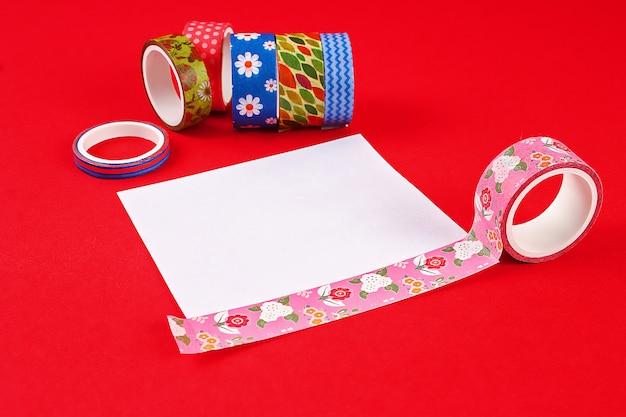 Carte de bricolage joyeux anniversaire. cadeau sur un scotch de carte postale Photo Premium