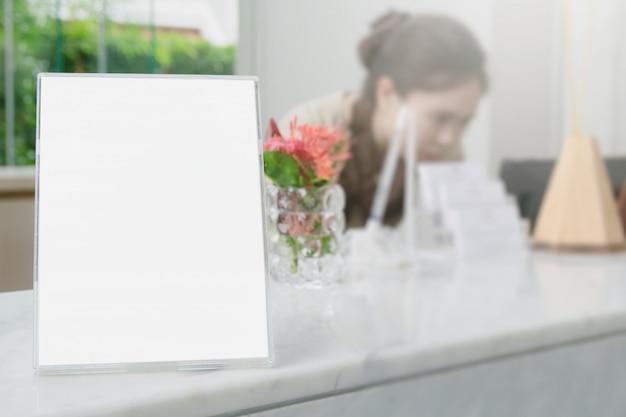 Carte de cadre ou panneau d'affichage sur un arrière-plan flou Photo Premium
