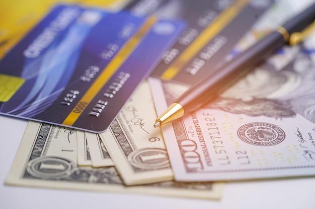 Carte de crédit et billets en dollars américains. Photo Premium
