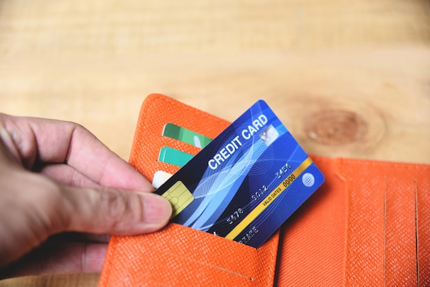 Carte de crédit dans le portefeuille avec la main Photo Premium