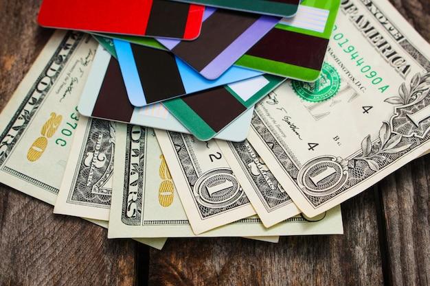 Carte de crédit et dollars sur bois Photo Premium