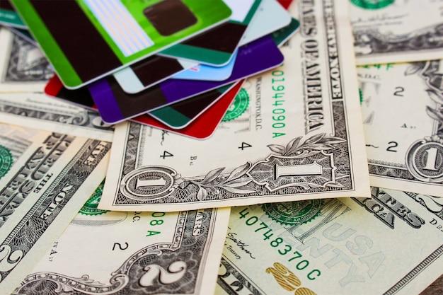 Carte de crédit et dollars sur fond en bois. Photo Premium