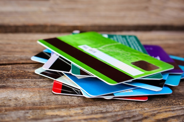 Carte de crédit sur fond en bois Photo Premium